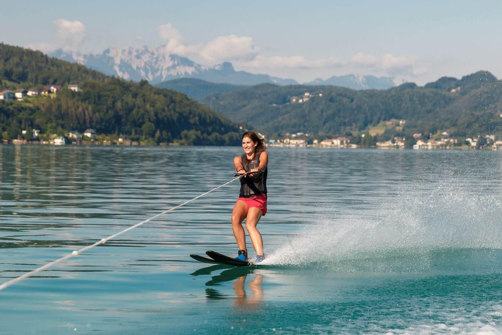 Wasserskifahrerin in pinker
