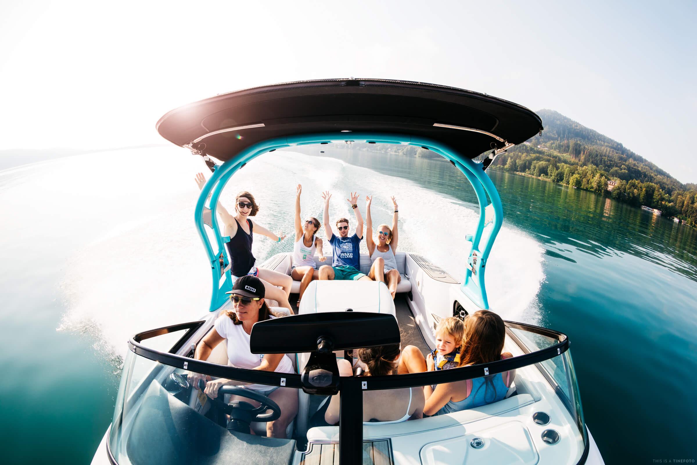 Jugendliche haben eine große Freude bei einer Seerundfahrt im Motorboot von SEEsport Wörthersee.