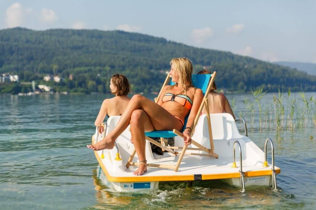 Drei Freundinnen am Tretboot am Wörthersee.