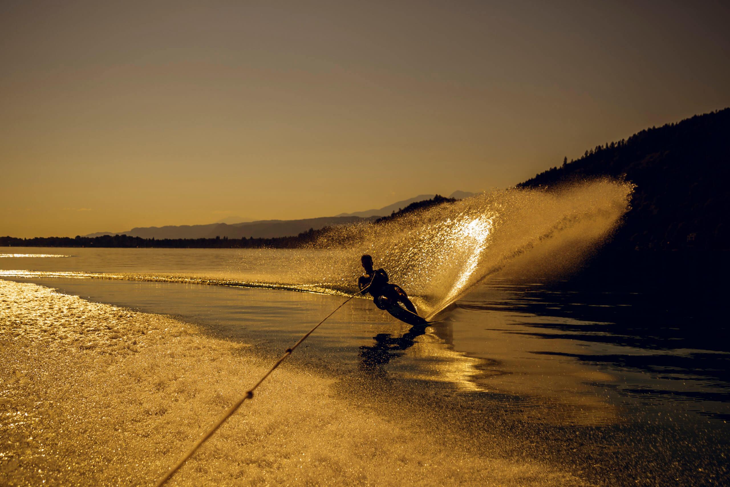 Monoskifahrer im Sonnenuntergang am Wörthersee