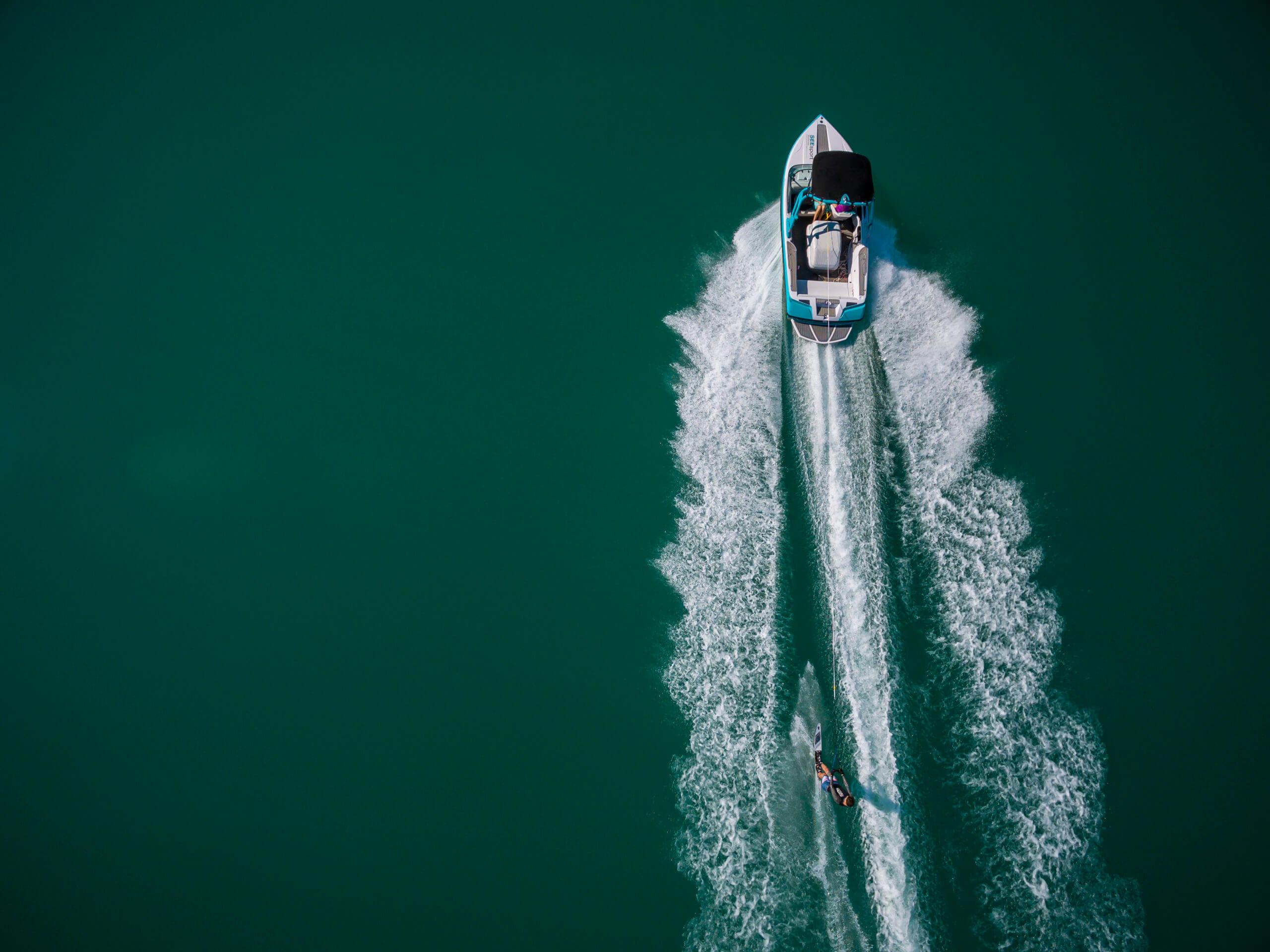 Drohnenbild des SEEsport Wörthersee Motorboots am türkisen Wörthersee