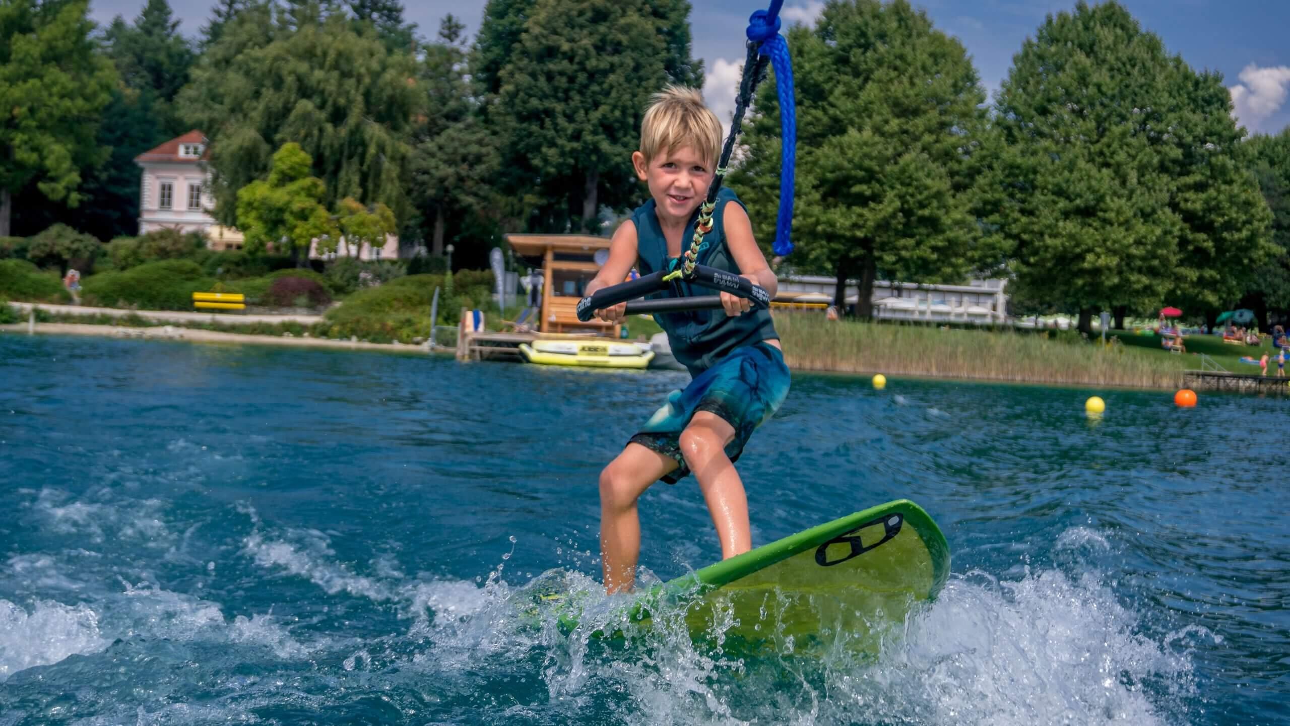Der 7 jährige David beim Wakesurfen bei SEEsport am Wörthersee.