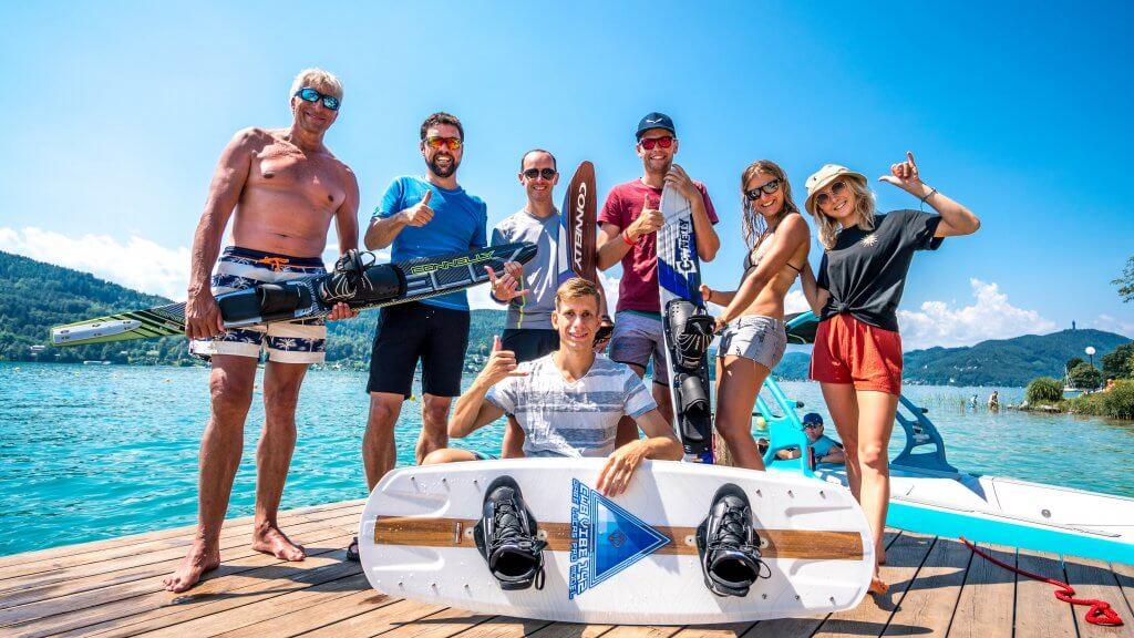 Gruppenfoto vom ersten Slalom/Wakeboard Trainings Camp mit Mara Salmina und den Teilnehmer*innen.